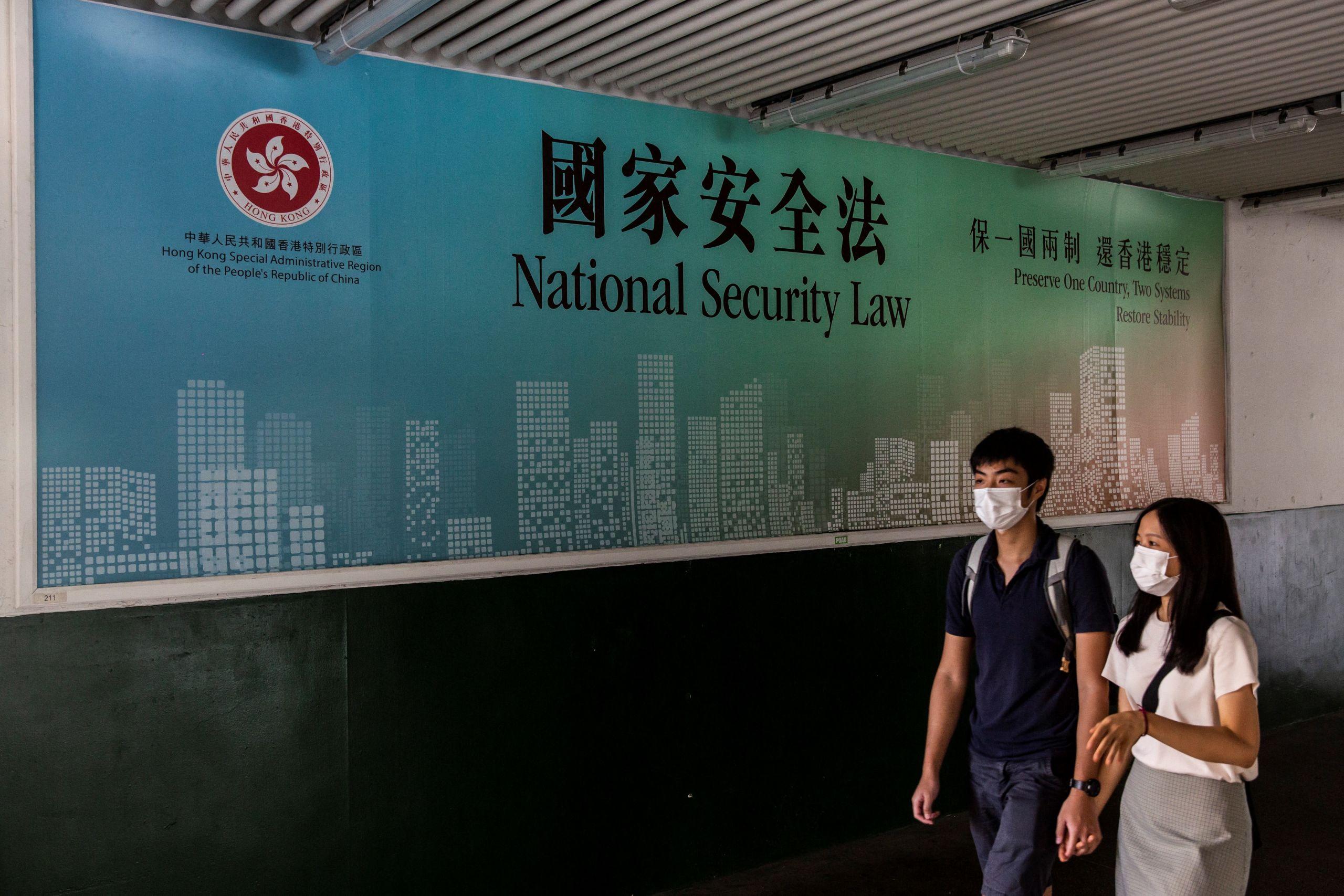 随处可见的《国安法》宣传海报 (图片来源:AFP)